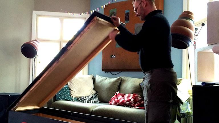 Claes Blixt öppnar sin egengjorda kista.