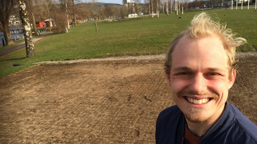 Uports festivalarrangör Sebastian Andersson med den tomma festivalplatsen bakom sig.