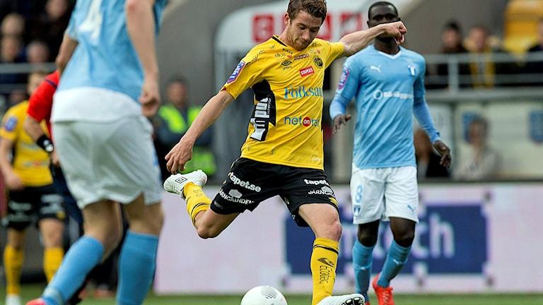 Elfsborgs Marcus Rohdén slår in 1-1 målet i allsvenska fotbollsmatchen mellan IF Elfsborg och Malmö FF på Borås Arena 2014.