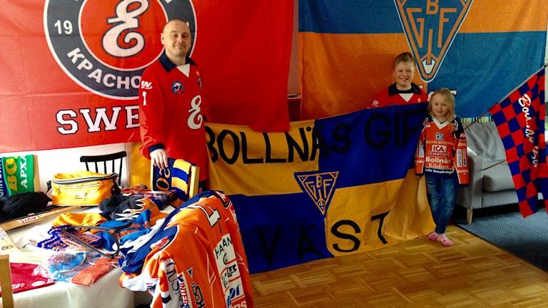 Familjen Ström visar stolt upp en del av sin bandysamling