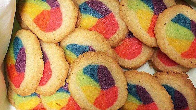 Små runda smörkakor med regnbågsfärgad mitt.