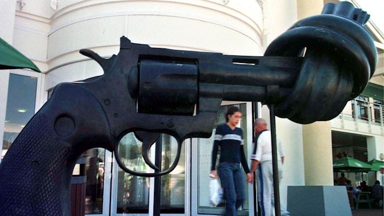 """Skulpturen """"Non Violence"""" av Carl Fredrik Reuterswärd i Cape Town i Sydafrika."""
