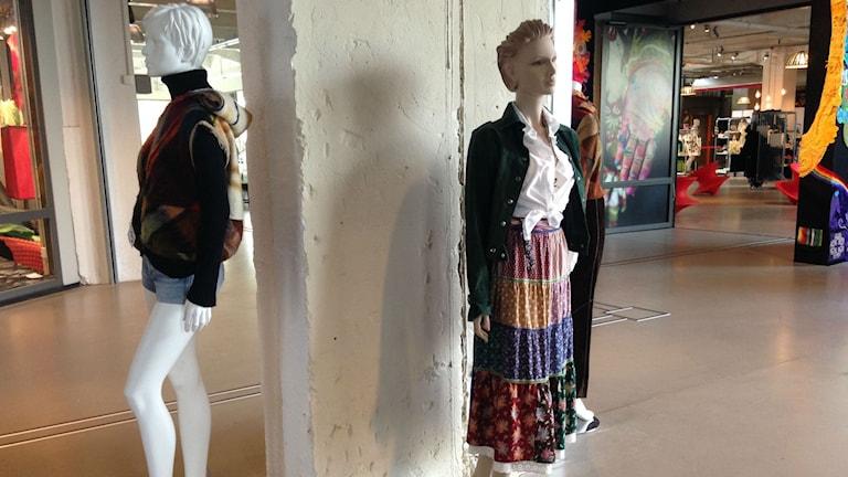 70-tals kläder på provdockor som ingår i utställningen Open Wardrobe.