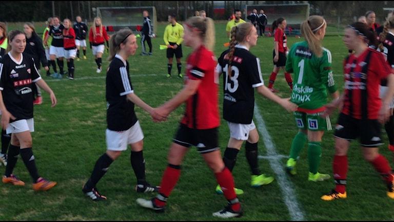 Lagen tackar varandra efter matchen. Foto: Staffan Kulneff
