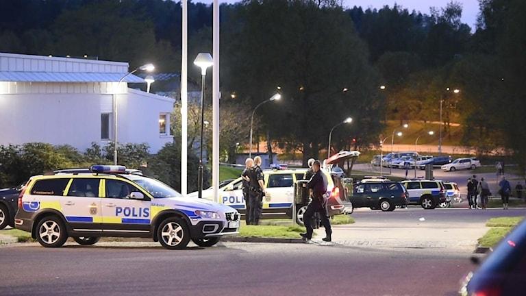 Det blev en stor polisinsats på Hässleholmen i samband med att en polis knivskars.