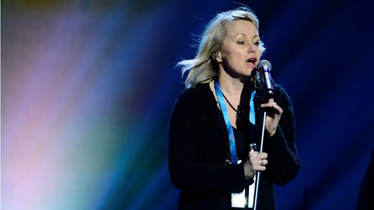 Louise Hoffsten sjunger på en scen.