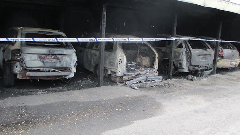 Sju bilar totalförstördes vid en garagebrand natten till måndag.