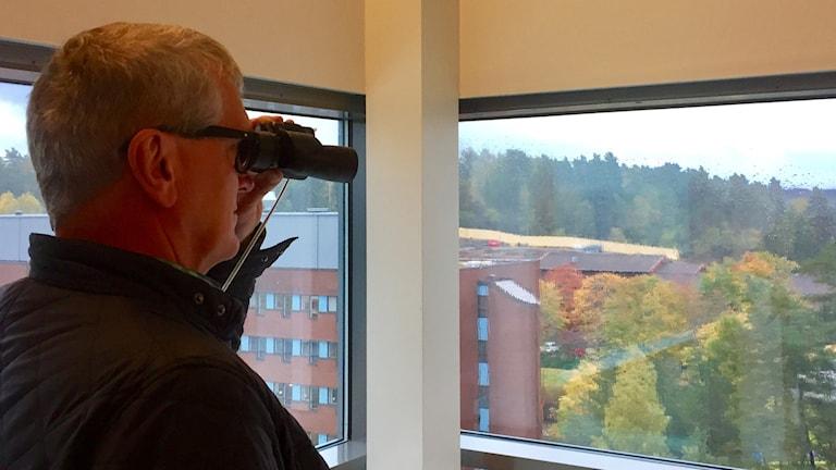 Jan-Ola Höglund, säkerhetsstrateg på SÄS, spanar från våning nio ut över det som snart ska bli byggområde.