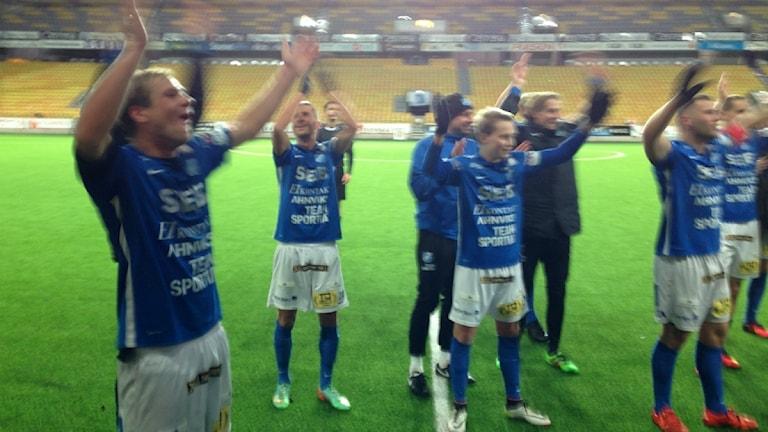 Norrby IF. Niklas Savolainen längst till vänster. Foto Kristoffer Lidén