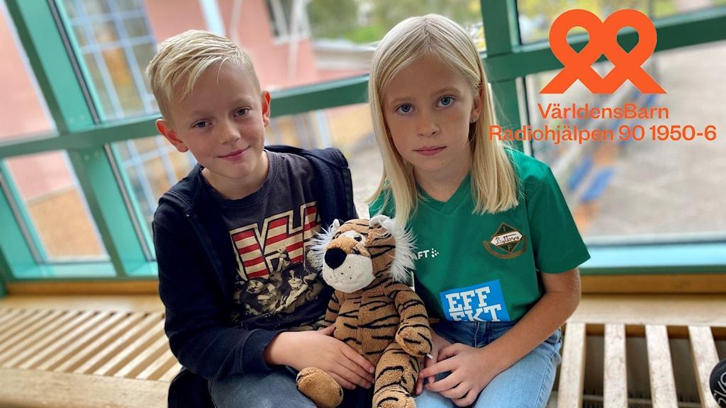 Valdemar och Majken, andraklassare på Hestra Midgårdskolan, skramlar för världens barn.