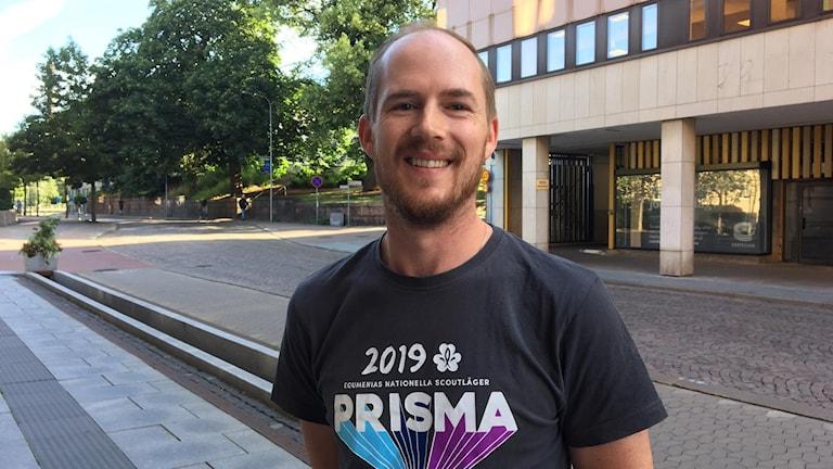 Alexander med en tröja där det står 2019 Prisma.