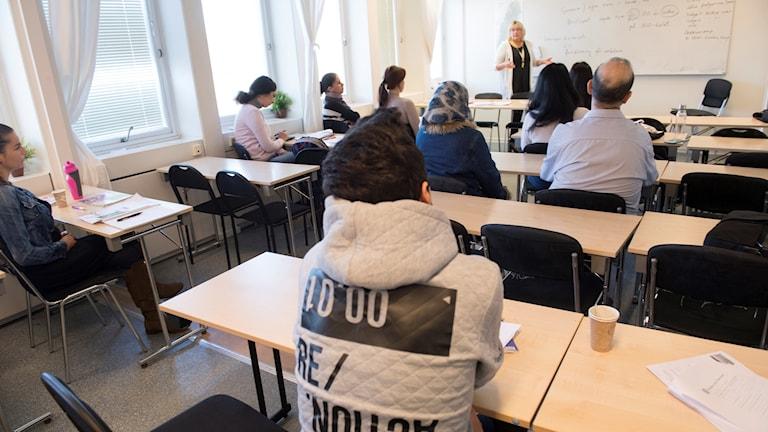 Ett klassrum med ett tio-tal ungdomar från andra länder.
