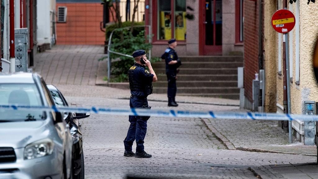 I går blev en man i 25-årsåldern skjuten i benet av en maskerad man i centrala Borås, bara några kvarter från polishuset.