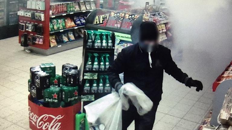 Bilder från butikens övervakningskamera.