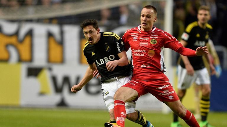 Elfsborgs Viktor Prodell i kamp med AIK:s Stefan Ishizaki under lagens möte i Solna förra säsongen.