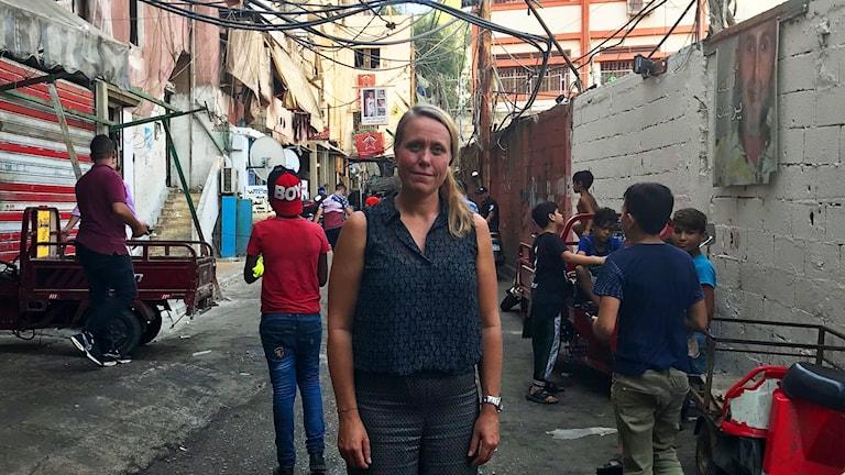 Anna Carlsson på plats på en gata i Libanon