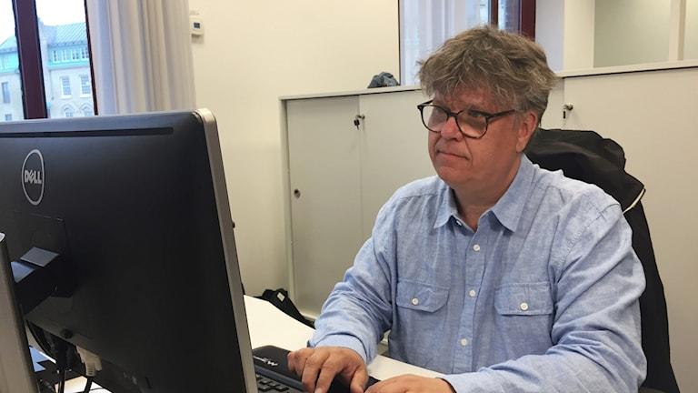 Journalisten, Magnus Svenungsson vid en dator.