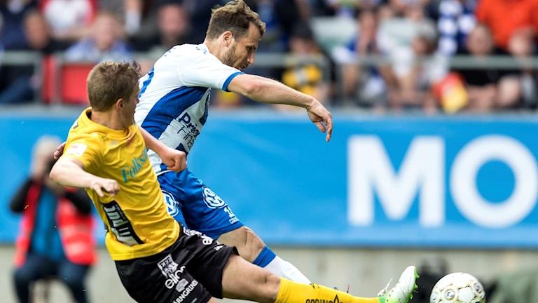 Elfsborg Joakim Nilsson i närkamp med Göteborgs Tobias Hysén i förra säsongens derby i Göteborg.