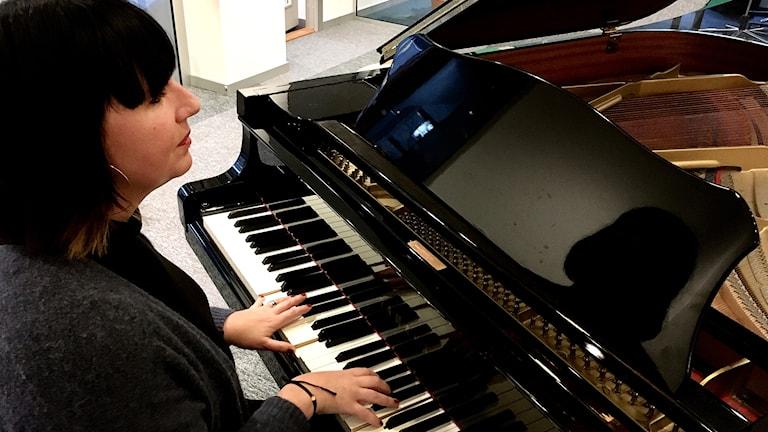 Malinmarie vid pianot