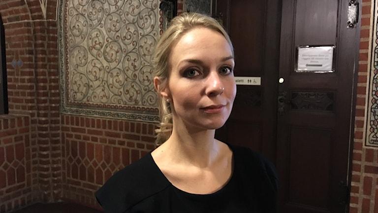 Kammaråklagare Carolyn Westeröd står utanför en av rättssalarna i Borås tingsrätt