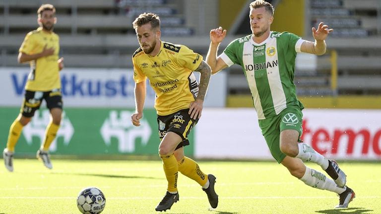 Elfsborgs Rasmus Alm och Hammarbys Richard Magyar under onsdagens match i fotbollsalllsvenskan mellan IF Elfsborg och Hammarby inför tomma läktare på Borås Arena.