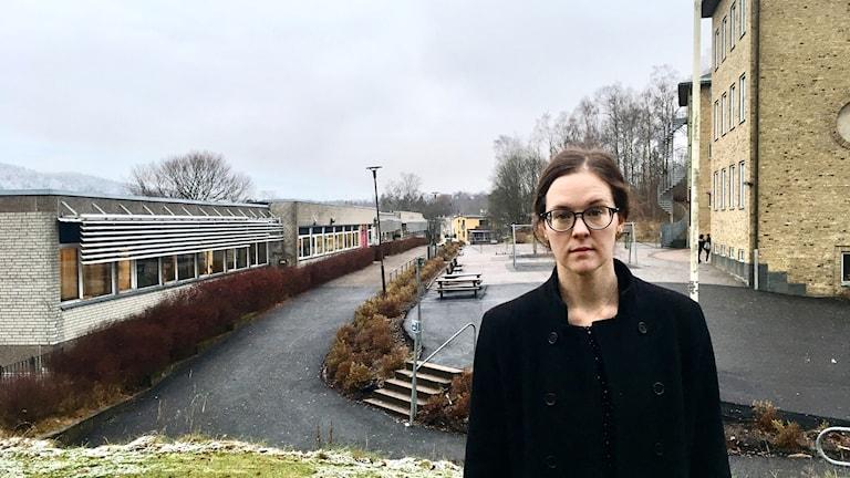 Cecilia Ericstam står mellan gamla och nya Erikslundskolan