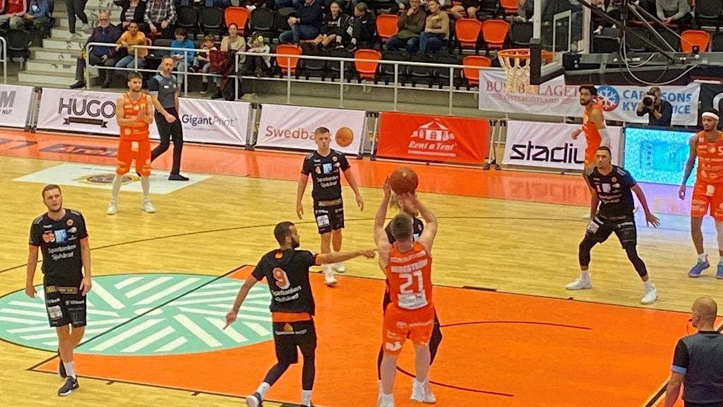 En basketplan med flera spelare.