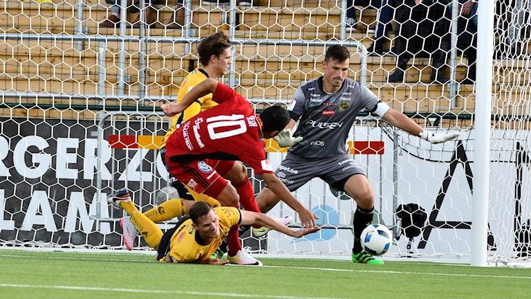 Tilltrasslad situation under förra säsongens möte mellan Östersund och Elfsborg.