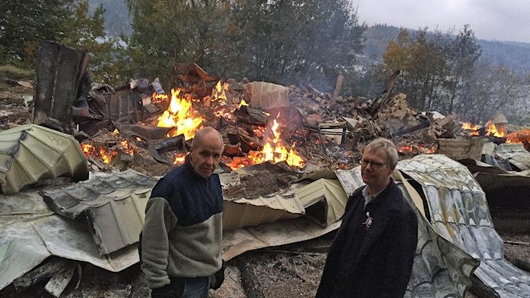 Anders Wilgotsson och Gunnar Brinck  i Öresjö SS framför nedbrunna förrådet.