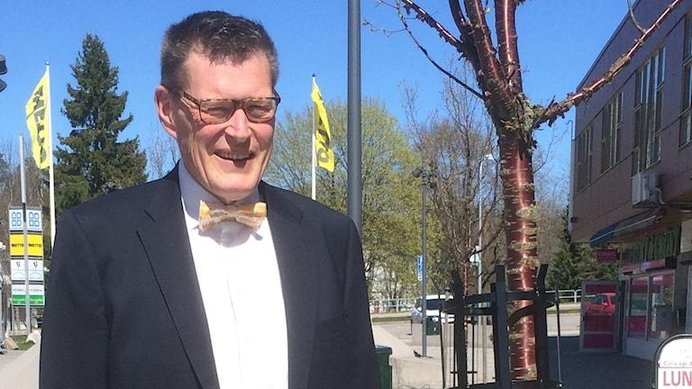 Prorektor på Hässel torg, utanför Vi-kontoret
