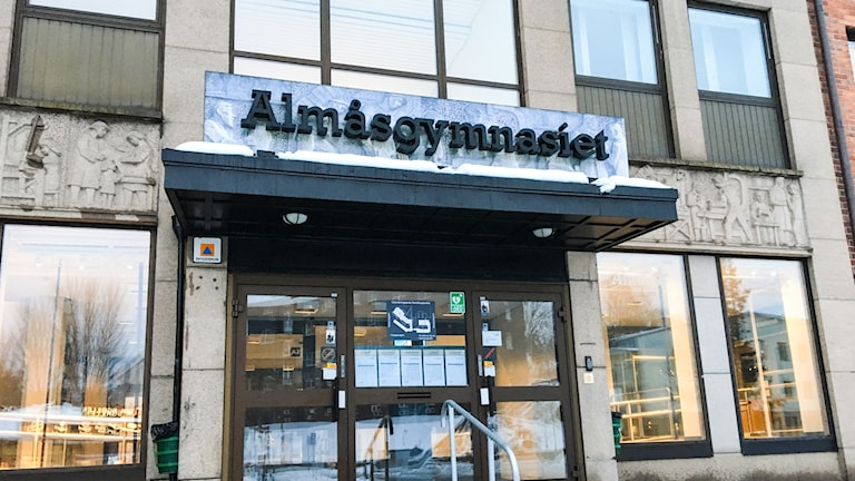 Entrén till Almåsgymnasiet i Borås.