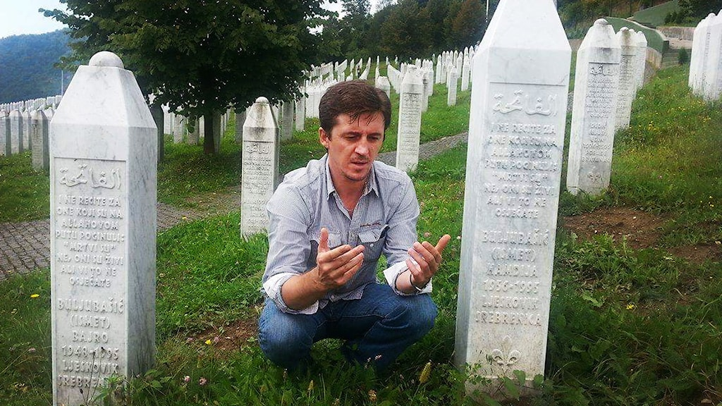 Admir Buljubasic vid sin fars och brors grav i Srebrenica.