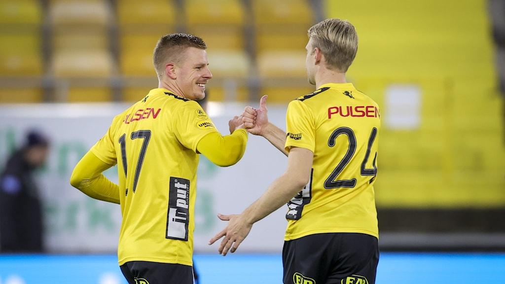 Elsborgs Per Frick (tv) jublar med Elfsborgs Johan Larsson efter sitt 1-0-mål på straff under söndagens fotbollsmatch i allsvenskan mellan IF Elfsborg och Helsingborgs IF på Borås Arena.