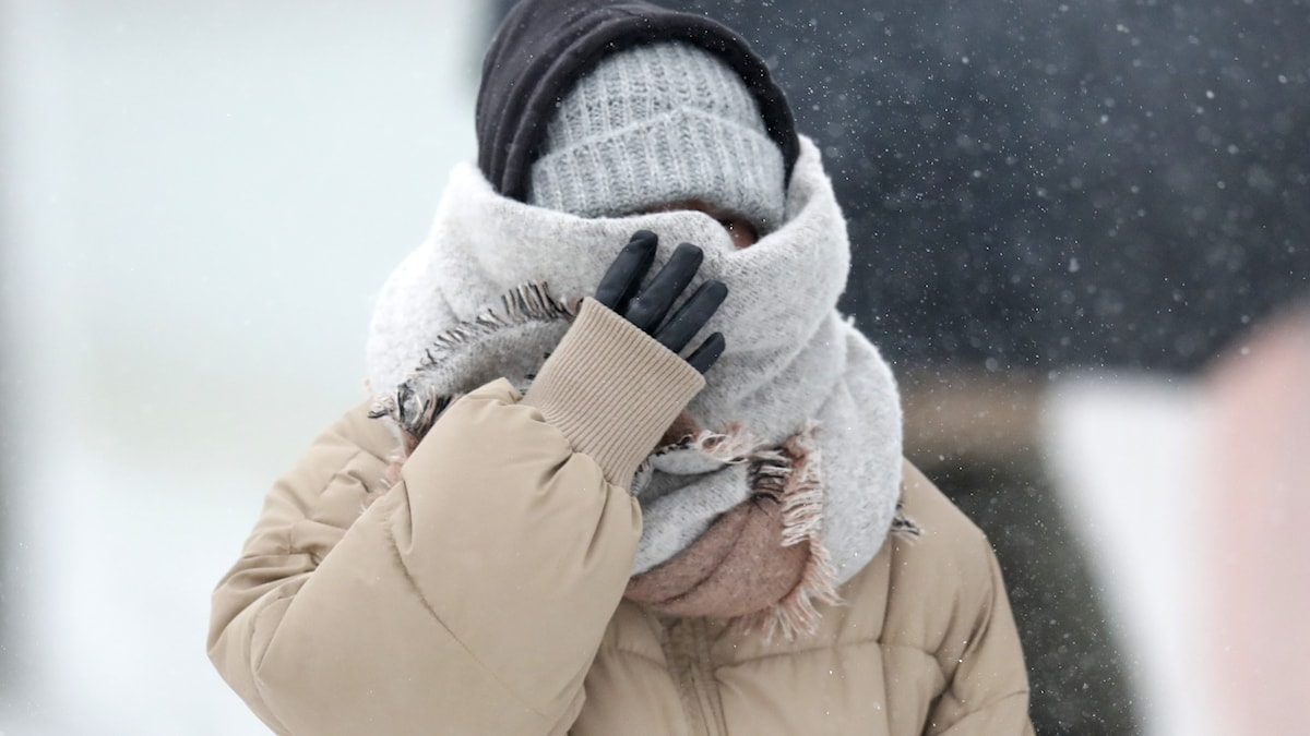 person med halsduk över ansiktet