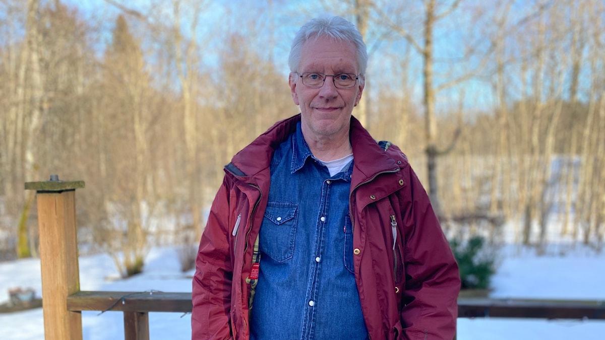En man står utomhus i Målsryd.