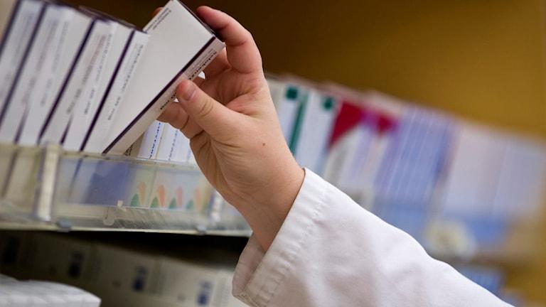 Hylla med mediciner på apotek