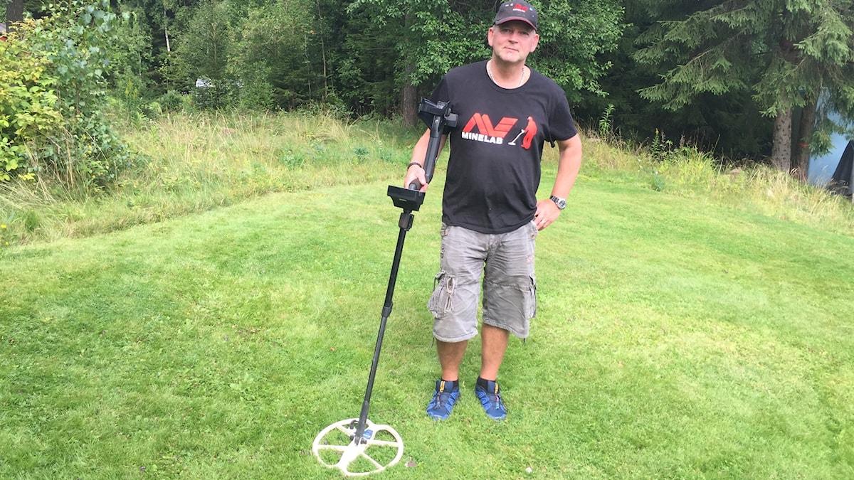 Ulf Örnell letar metaller med sin metalldetektor.