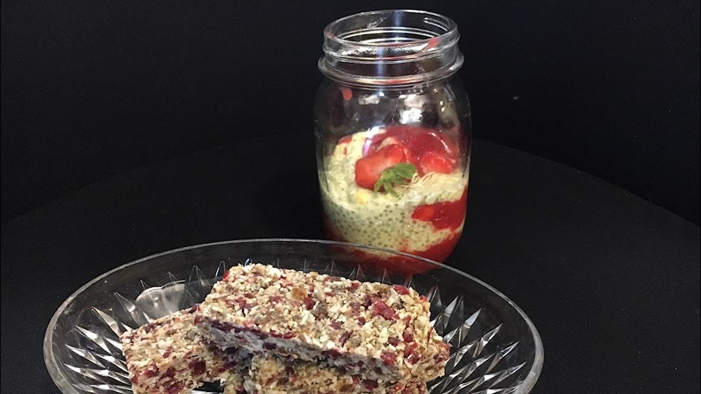 Solgul chiapudding med hallon- och jordgubb och Energibar med kokos och tranbärssås.