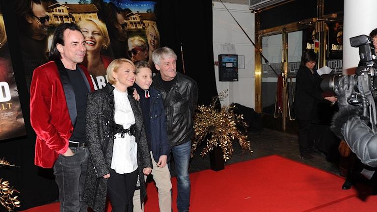 Skådespelarna Rikard Wolff och Helena Bergström, samt regissör Colin Nutley med son på galapremiär