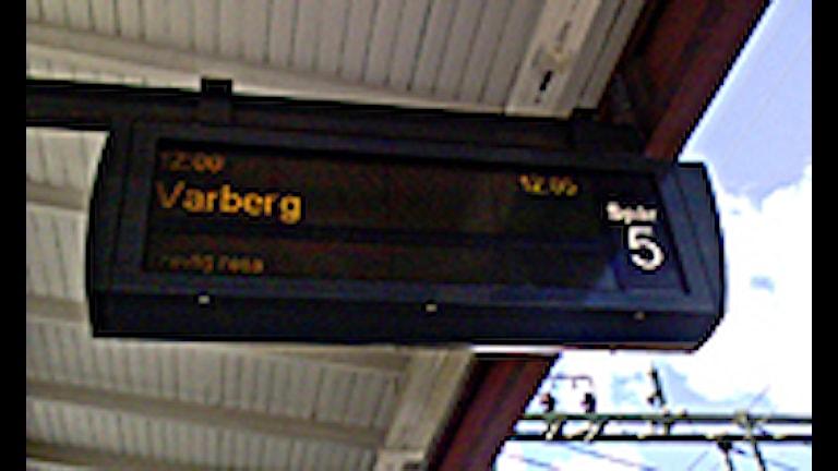 Skylt på tågstation med Varbergsavgång Foto: Arkivbild, SR Sjuhärad