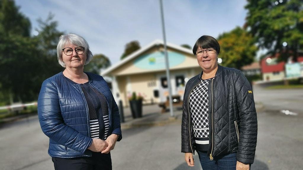 Annette Carlson (M) och Kerstin Hermansson (C) står framför entrén till Borås camping vid Saltemad.