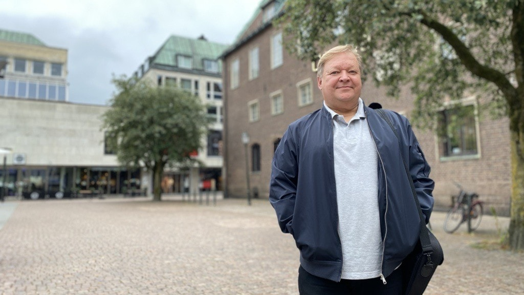 Kari i blå jacka på Stora torget i Borås