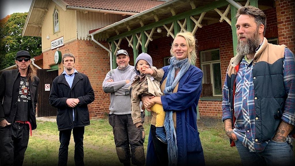 Invånare framför Fåglavik stationshus