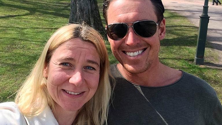 En man och en kvinna ler mot kameran