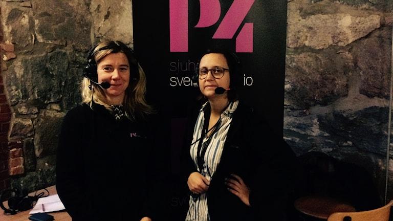Två programledare framför P4 Sjuhärads roll-up.
