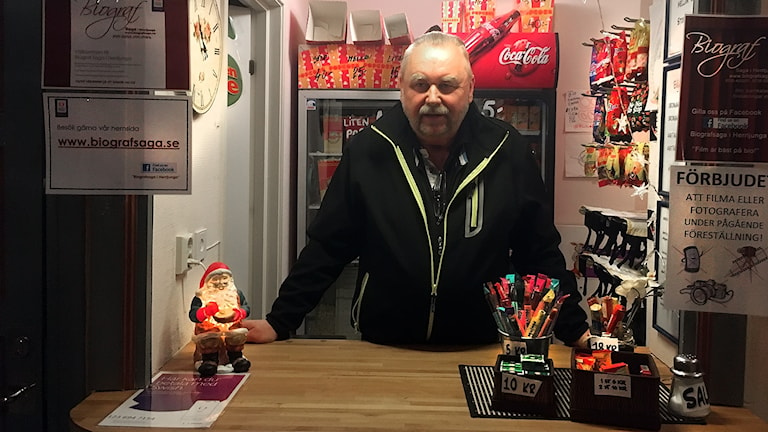 Biografvaktmästare står i kiosk
