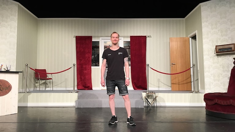 Jonas Zughaft på Sagateaterns scen.