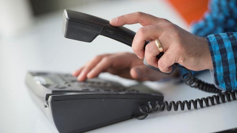 Man som använder telefon