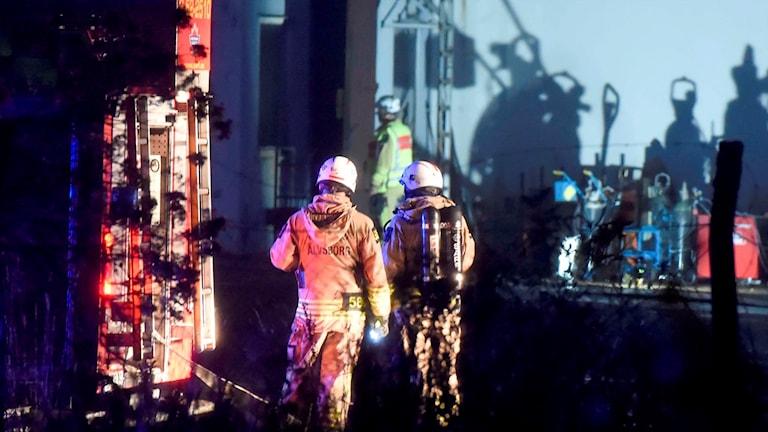 Räddningspersonal jobbar i strålkastarljus