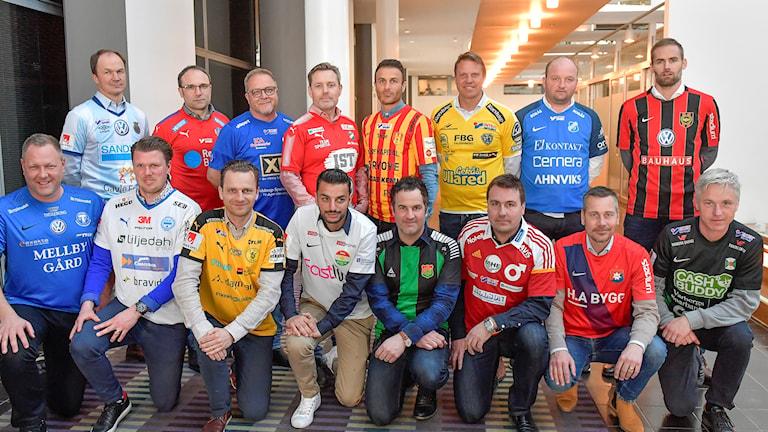 Superettan-lagens tränare poserar med sina klubbtröjor.